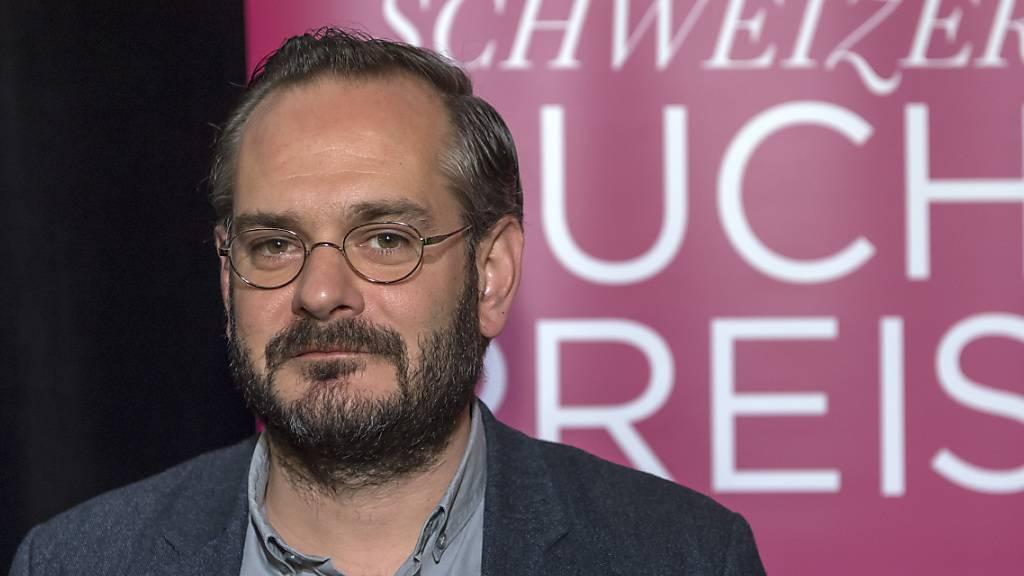 Jonas Lüscher gewann mit dem Buch «Kraft» den Schweizer Buchpreis 2017. Er machte im Frühling 2020 einen sehr schweren Verlauf einer Covid-19-Infektion durch und lag sieben Wochen lang im künstlichen Koma. (Archivbild)