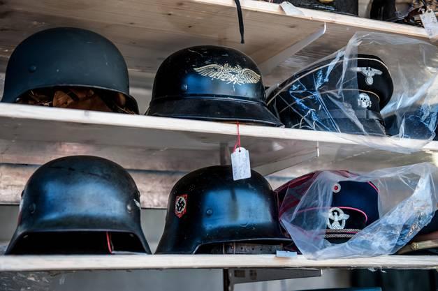 Auch Helme der Deutschen Truppen des Zweiten Weltkriegs wurden zum Kauf angeboten.