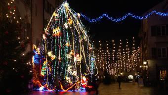 Weihnachtsbeleuchtung Altstadt Rheinfelden umstritten ist der üppig geschmückte Weihnachtsbaum in amerikanischer Manier