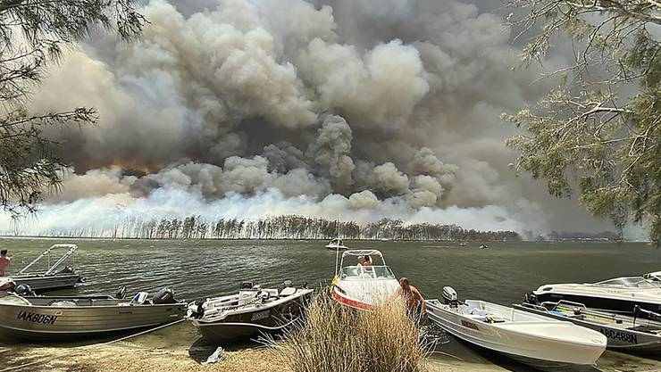 Feuerinferno am Lake Conjola in Australien: Schweizer Touristen scheinen keine ernsthaft bedroht zu sein.