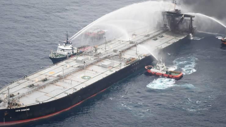 HANDOUT - Das am 08.09.2020 zur Verfügung gestellte Handout zeigt Rettungsboote, die das Feuer auf einem Öltanker vor der Küste von Sri Lanka löschen. Foto: -/Sri Lankan Air Force/AP/dpa - ACHTUNG: Nur zur redaktionellen Verwendung im Zusammenhang mit der aktuellen Berichterstattung und nur mit vollständiger Nennung des vorstehenden Credits