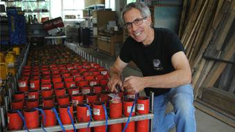 In einer alten Fabrikhalle bereitet Martin Düblin das Feuerwerk für Rheinfelden vor.