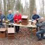 Die Uezwiler Vogelfreunde bauen neue Häuschen für Meisen, Eulen und Co.: Karl Hausherr, Hans und Vroni Egli, Nik Meyer und Karl Horat (von links) wollen die neuen Brutstätten möglichst bald aufhängen. Andrea Weibel
