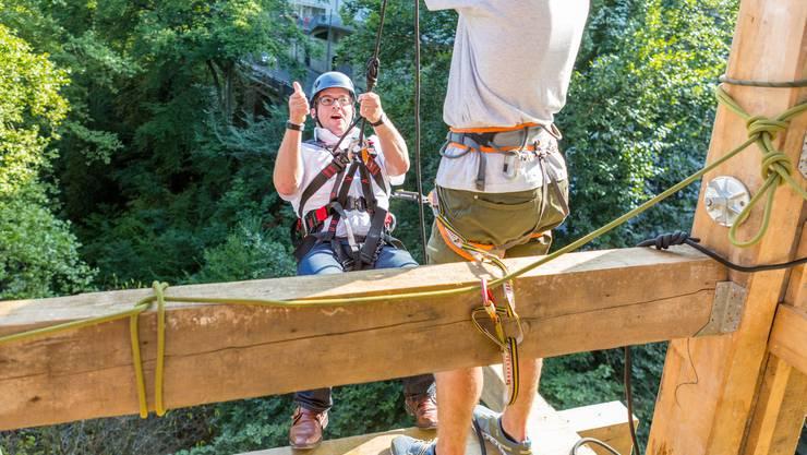 Stadtrat Reto Huber hat es schon ausprobiert und ist begeistert: Der SAC Lägern seilt Festbesucher vom 30 Meter hohen Promenadenlift ab. Eine Gelegenheit, die man nutzen sollte.