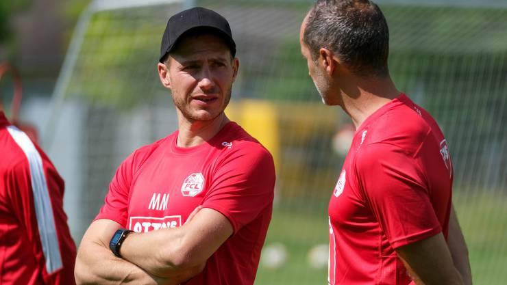 Fitnesstrainer Michael Müller (links) im Gespräch mit FCL-Coach Thomas Häberli.