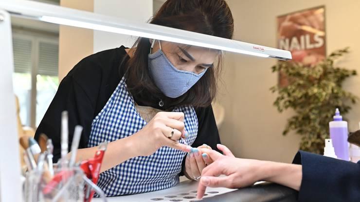 Eine Maske bei der Arbeit trug Nail-Designerin Anh Ngoac schon immer.