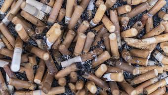 Die Schweiz ist bei der Tabakprävention europäisch im Hintertreffen: Zigarettenstummel in einem Aschenbecher. (Symbolbild)