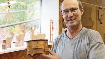 Statt am Weihnachtsmarkt zeigt Werner Herger seine Kunstwerke nun halt bei sich in der Werkstatt.