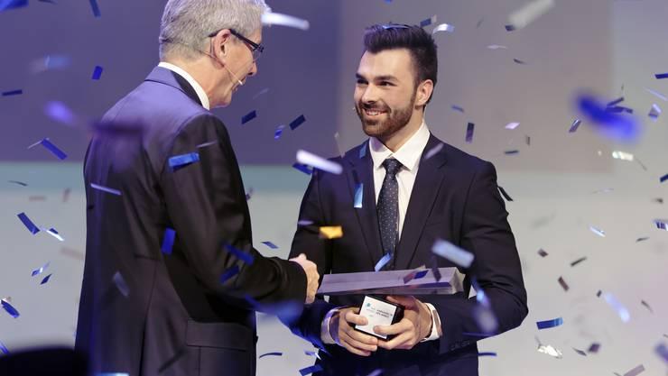 Roland Herrmann, CEO NAB, überreicht Oliver Hegi «Aargauer des Jahres 2018» den NAB Award.