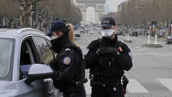 Kontrolle auf der Avenue des Champs-Élysées im Zentrum von Paris.