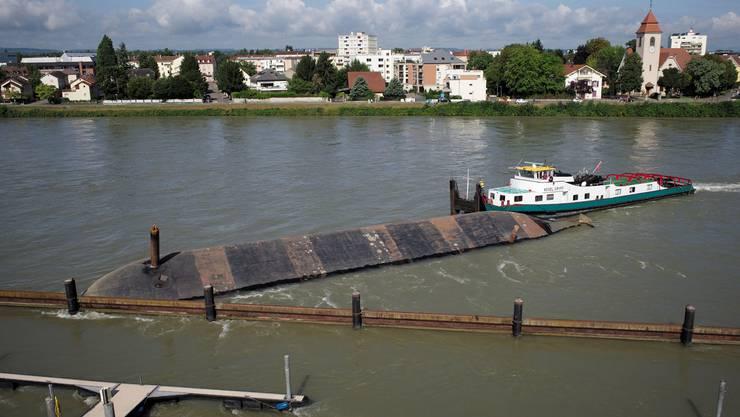 Das Kiesschiff «Merlin» war am 4. August 2014 ausser Kontrolle geraten und in Basel auf dem Rhein gekentert.