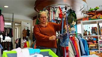 Doris Dörig betreibt die Kinderkleiderbörse «Schnapp mi» in Kaisten und näht aus alten Jeans Handtaschen, die sie in ihrem Laden verkauft.
