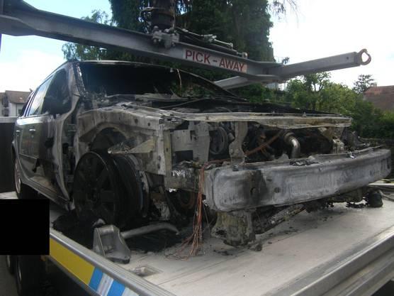 Eines der ausgebrannten Fahrzeuge