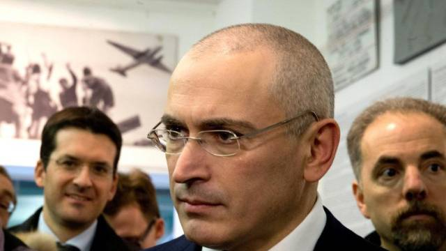 Der russische Regierungskritiker Chodorkowski vor den Medien