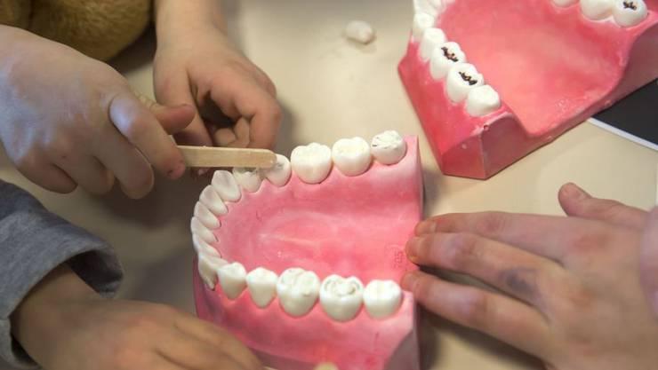 Die Zahngesundheit nimmt weltweit ab, warnen Forscher. Mitschuld ist die Industrie, die einerseits zahnschädigende Lebensmittel anbietet und andererseits Produkte propagiert, welche den Schäden zuvorkommen - ein doppelt lukratives Geschäft. (Symbolbild)