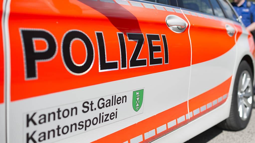Ein Dienstfahrzeug der Kantonspolizei St.Gallen. (Archivbild)