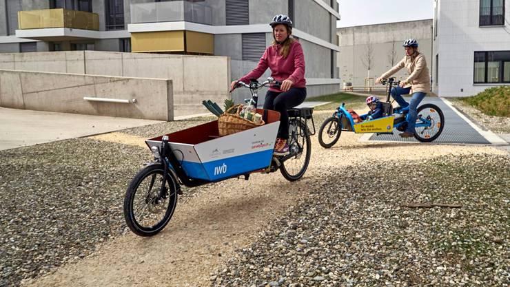 Wie hier in Basel kann man ab Juni auch in Baden mit dem E-Cargobike Einkäufe und Kinder transportieren.