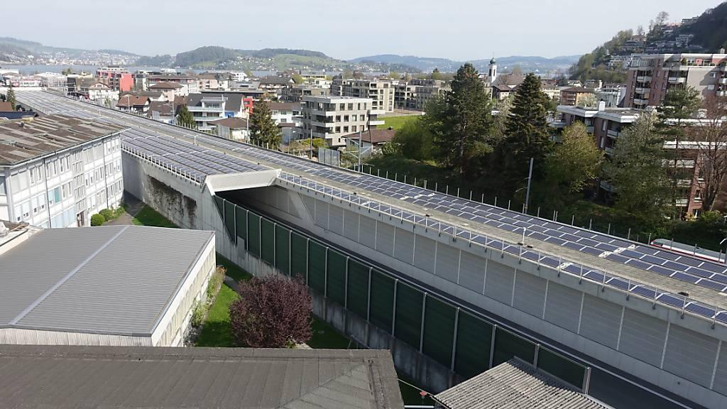 So wie auf der Autobahnüberdachung in Stans NW produziert die Alpnach-Sonnenstrom AG auch andernorts erneuerbare Energie und wird dafür ausgezeichnet.
