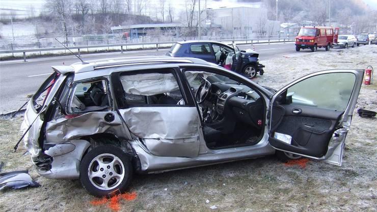 Die Kollision der beiden Peugeots auf vereister Strasse nahe Liesberg-Riederwald kostete den Beifahrer das Leben.