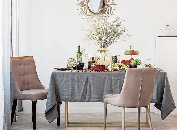 Im Wohnbereich voll im Trend: Getrocknete Gestecke auf Tisch, Kommode oder dem Kaminsims.