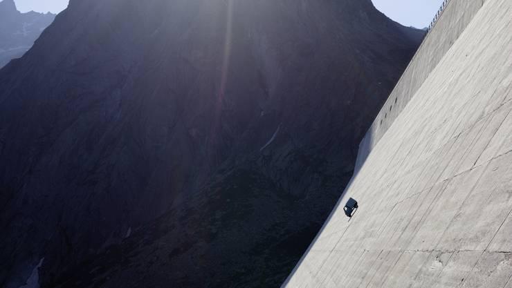 .Auf der Staumauer ist Roman Signers Piaggio ein Winzling und schürt gewaltig die Fantasie.