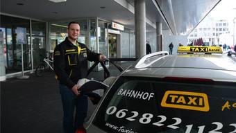 Taxi-Chauffeur Nikola Bozic mit Baby-Schale am Bahnhof Aarau.