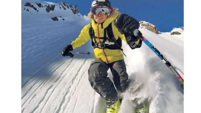 Vier Prozent der Ski- und Snowboardfahrer haben eine Kamera auf dem Helm. Ein Trend mit Risiken. Foto: Keystone