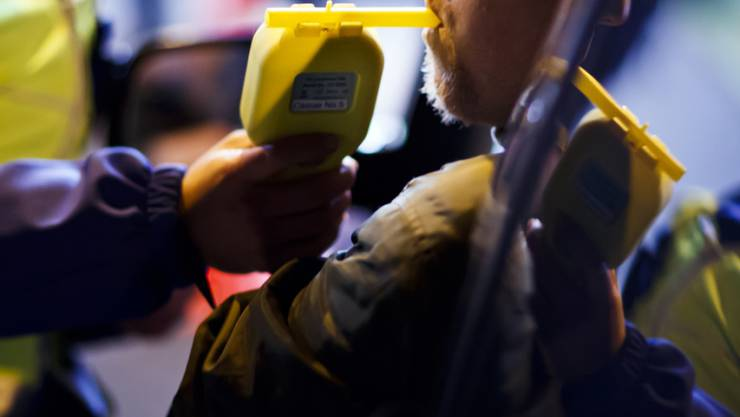 Vorsicht beim Alkoholtrinken und Autofahren über die Festtage: Insgesamt ist es im letzten Jahr zu 24 tödlichen Unfälle wegen Alkohol am Steuer gekommen. (Symbolbild)