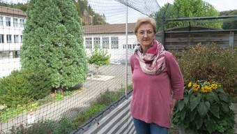 Brigitte Meili auf der Terrasse ihrer Wohnung neben dem Bez-Areal.