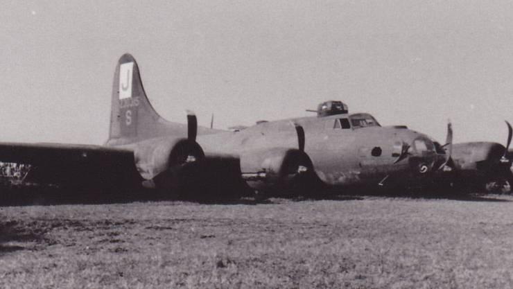 Vor 70 Jahren musste eine «fliegende Festung» in einem Kartoffelacker bei Utzenstorf notlanden. Wer konnte, machte so rasch als möglich ein Foto.