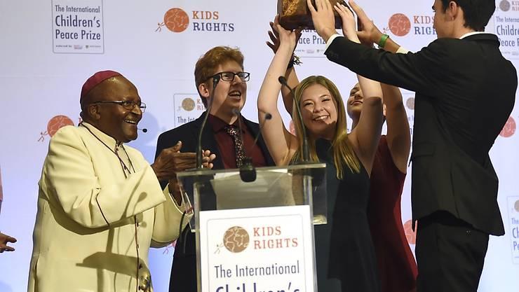 Auszeichnung für ihren Einsatz gegen Waffengewalt: Der frühere Erzbischof von Kapstadt, Desmond Tutu (links), ehrt Überlebende des Highschool-Massakers von Parkland mit dem Kinder-Friedenspreis.