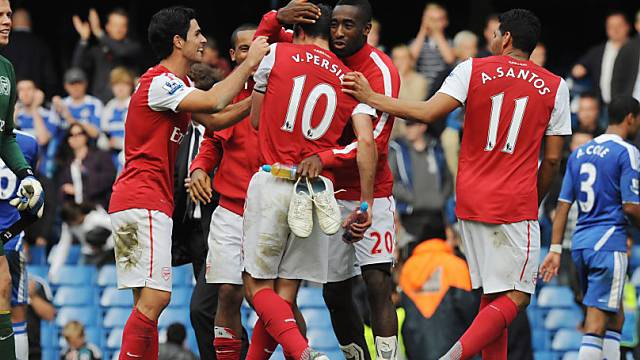 Djourou umarmt Arsenal-Captain van Persie