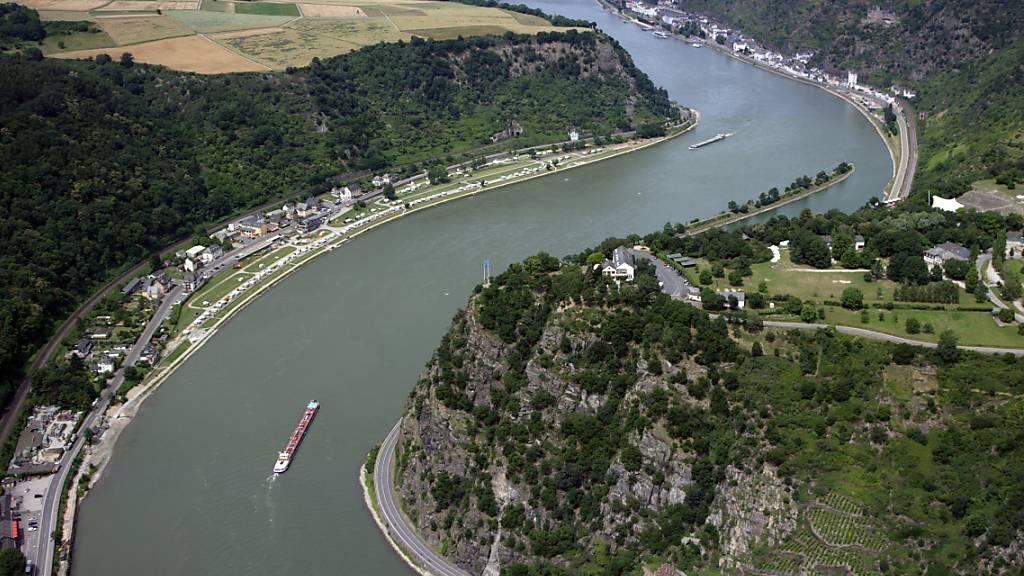 Ein mit 1300 Tonnen Diesel beladenes Schiff ist auf dem Rhein bei St. Goar nahe der Loreley auf Grund gelaufen. (Archivbild)
