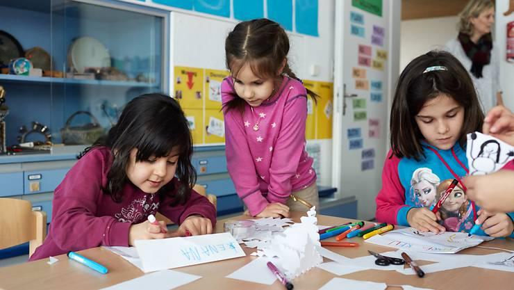 Schicken Eltern ihre Kinder teilweise in die Kita, sollen sie künftig bei der direkten Bundessteuer statt 10'100 Franken bis zu 25'000 Franken abziehen können. Das Parlament hat einem höheren Abzug für die Kinderbetreuung zugestimmt.
