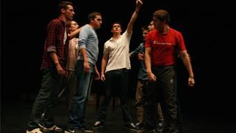 Sieben junge Darsteller wollen auf der Bühne wissen, was Mannsein bedeutet.