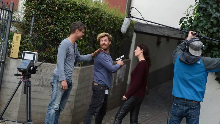 Die beiden Hauptdarsteller Joanna Castelli und Dugald Ferguson gehen mit dem Regisseur vor dem Dreh noch einmal die letzten Details durch.