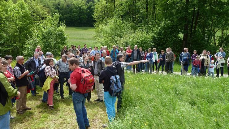 Gemeindeammann Heinz Kim zeigt den Standort des geplanten Regenwasserbeckens. zvg