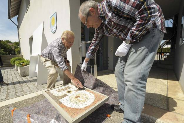 Toni Eglin überzeugt sich von der Unversehrtheit des Mosaiks.