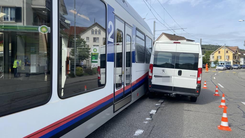 Zug prallt in Lieferwagen – zwei Verletzte