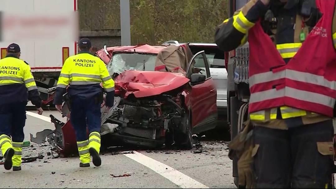 Schwerer Unfall vor Bözbergtunnel – die Unfallstelle am Mittwochmorgen, 27.11.2019