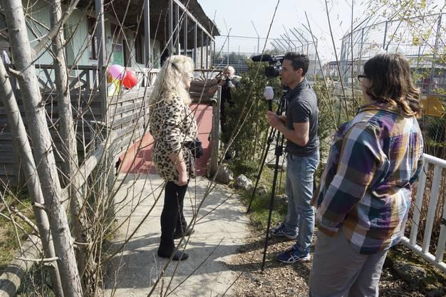 Organisatorin Barbara Schäfer gibt Medien Auskunft