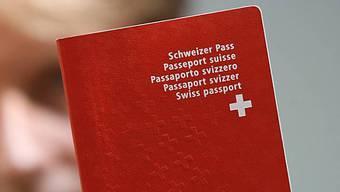 Vor ihren Ferien beantragen viele noch einen Schweizerpass (Archiv)