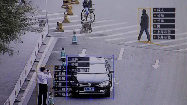 Eine spezielle Software einer Pekinger Firma identifiziert Daten zu Passanten und Fahrzeugen. Thomas Peter/Reuters