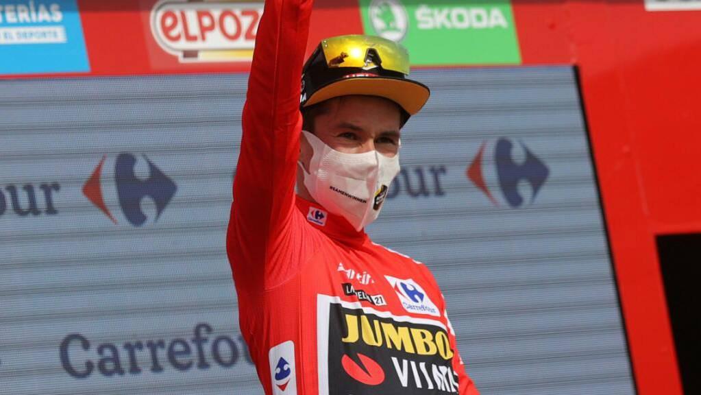Primoz Roglic grüsst in der dritten Vuelta-Woche wieder im roten Leadertrikot.
