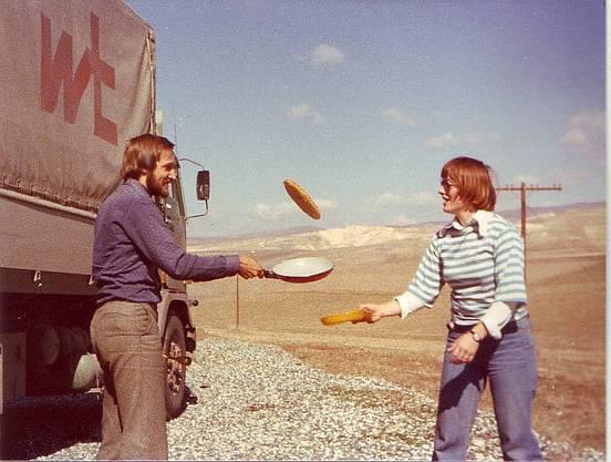 Im Iran brutzelt Jrène Liggenstorfer mit einem Fernfahrer-Kollege eine Schweizer Fertigrösti.