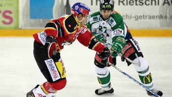 Pascal Wittwer (EHC Basel, links) links gegen Patrik Bloch (EHC Olten)