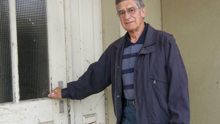 Geschichtsträchtig: Albert Lussi nimmt einen letzten Augenschein vor seinem langjährigen Arbeitsort, dem ehemaligen Verwaltungsgebäude der Gemeindewerke von Villmergen. (Jörg Baumann)