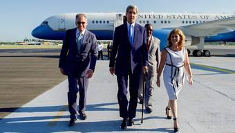 Jeffrey DeLaurentis (links), hier mit US-Aussenminister John Kerry, soll neuer Botschafter der USA in Kuba werden. Der Senat muss die Nomination aber noch bestätigen. (Archivbild)