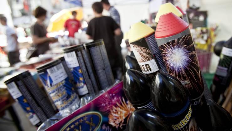 Diverse Feuerwerke werden an einem Stand in der St. Galler Altstadt angeboten. (Archivbild)