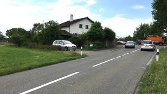 Der Radweg soll auf der Wiese links beginnen; rechts der Kreisel Gnadenthal.